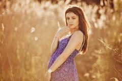 Красивая нежная беременная женщина усмехается и наслаждается солнечным летом Стоковая Фотография RF