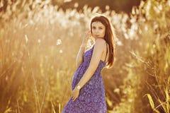 Красивая нежная беременная женщина усмехается и наслаждается солнечным летом Стоковые Изображения