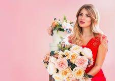 Красивая нежная молодая женщина с букетом весны цветет на розовой предпосылке красивейшая блондинка цветет портрет Стоковая Фотография