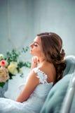 Красивая, нежная невеста в белом платье свадьбы в роскошной комнате Стоковое Фото
