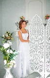 Красивая, нежная невеста в белом платье свадьбы в роскошной комнате Стоковые Фото