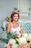 Красивая, нежная невеста в белом платье свадьбы в роскошной комнате Стоковые Изображения RF