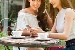 Красивая независимая женщина 2 использовать социальные средства массовой информации на смартфоне внутри стоковая фотография rf