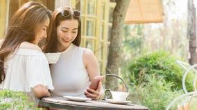 Красивая независимая женщина 2 использовать социальные средства массовой информации на смартфоне внутри стоковые изображения rf