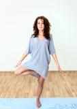 Красивая нога дежурного одного женщины, делая фитнес на комнате Стоковые Фото