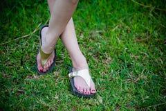 Красивая нога женщины на траве Стоковые Фотографии RF