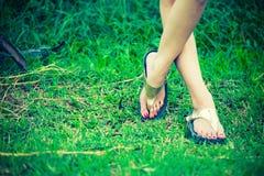 Красивая нога женщины на траве Стоковое Фото