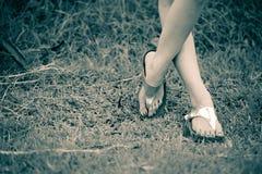 Красивая нога женщины на траве Стоковое Изображение
