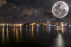 Красивая ноча на городе Labuan Стоковые Изображения RF