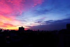 Красивая ноча с небом, ландшафт текстуры захода солнца здания города для предпосылки Стоковая Фотография RF