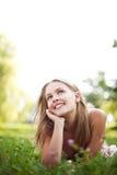 Красивая ложь молодой женщины на траве Стоковые Изображения