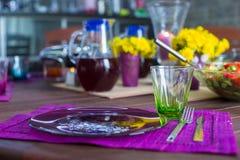 Красивая домашняя, который служат таблица для обедающего на веранде стоковое фото