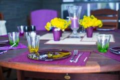 Красивая домашняя, который служат таблица для обедающего на веранде стоковая фотография