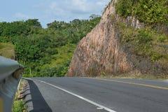 Красивая дорога горы лета с деревьями Стоковое Фото