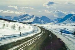 Красивая дорога с Snowcapped горой во время зимы в Исландии Стоковые Изображения RF