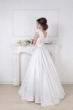 Красивая очаровательная невеста в wedding роскошное платье представляя снова Стоковое фото RF
