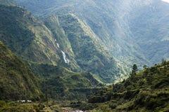 Красивая долина между горами Стоковые Изображения RF