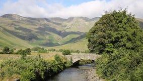 Красивая долина Langdale Бек Mickleden реки района озера старым подземельем Ghyll Cumbria Англией Великобританией Великобританией сток-видео