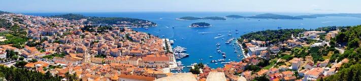 Красивая панорама городка Hvar с гаванью в Хорватии стоковое фото rf