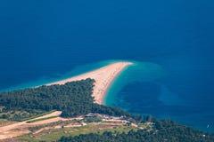 Красивая панорама известной адриатической крысы Zlatni пляжа (золотая накидка или золотой рожок) с водой бирюзы, островом Brac Хо стоковые изображения rf