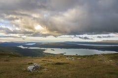 Красивая панорамная перспектива большого ландшафта озера с табуном северного оленя в переднем плане Стоковые Изображения