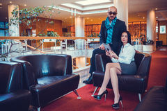 Красивая пара сидит в зале гостиницы стоковая фотография