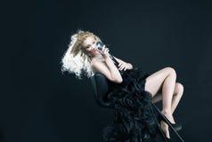 Красивая певица девушки в черном платье с микрофоном Стоковое Изображение