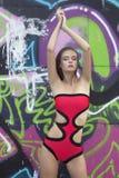Красивая первоклассная женщина в красном купальнике моды Стоковое Изображение RF