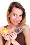 Красивая питьевая вода девушки от голубой изолированной бутылки стоковые фото
