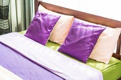 Красивая подушка на кровати Стоковые Изображения RF