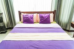 Красивая подушка на кровати Стоковые Фотографии RF