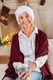 Красивая пожилая женщина смотря прямо на камере Стоковые Изображения