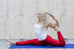 Красивая позиция прямого угла Samakonasana asana йоги практик молодой женщины стоковые фото