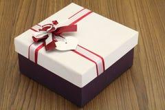 Красивая подарочная коробка на деревянной предпосылке Стоковое Фото
