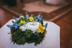 Красивая подушка обручального кольца различных цветков белых, голубая, Стоковое Изображение