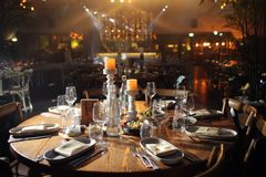 Красивая праздничная сервировка стола с флористическим оформлением на свете Стоковое фото RF