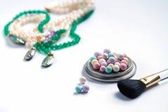 Красивая предпосылка, на белом ожерелье предпосылки жемчугов стоковое изображение rf