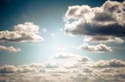 Красивая предпосылка, небо с облаками Серия, пушистые облака в Стоковое Фото