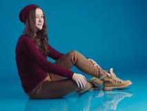 Красивая предназначенная для подростков девушка в ультрамодных одеждах Стоковые Фото