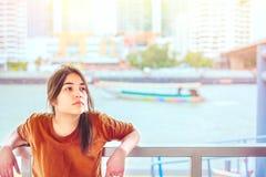 Красивая предназначенная для подростков склонность девушки на перилах берегом реки Стоковое Фото