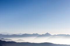 Красивая предпосылка горной цепи с голубым небом Стоковые Изображения RF