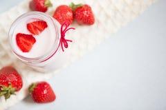 Красивая предпосылка еды с клубниками и югуртом или сливк Стоковые Фото