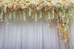 Красивая предпосылка цветков и белых тканей стоковое изображение
