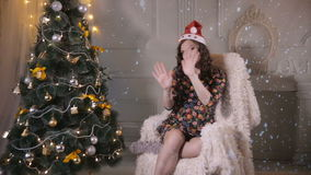 Красивая привлекательная девушка, танцы молодой женщины, представляя около рождественской елки Новый Год торжества видеоматериал