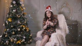 Красивая привлекательная девушка, танцы молодой женщины, представляя около рождественской елки Новый Год торжества акции видеоматериалы