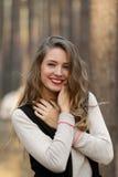 Красивая, привлекательная, здоровая, белая, совершенная и милая улыбка Самая лучшая улыбка счастливая усмешка усмехаться девушки  Стоковая Фотография RF