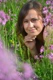 Красивая привлекательная маленькая девочка на шикарном луге вполне полевых цветков Стоковое Изображение RF