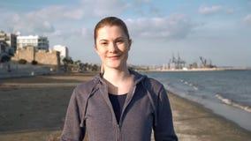 Красивая привлекательная молодая женщина идя на пляж на заходе солнца в мёртвом сезоне Море развевает релаксация видеоматериал