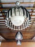 Красивая приостанавливанная потолочная лампа в Restaurang стоковые изображения