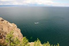 Красивая природа озера в лете, высокие горы и ясность зеленеют, фиолетовая вода Lake Baikal, Сибиря, России - ландшафта стоковое изображение